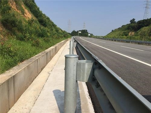 高速護欄板提高施工質量水準的規定